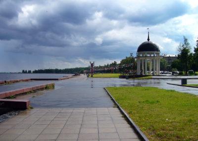 Июльский_дождь_на_Онежской_набережной_города_Петрозаводска._Вид_на_ротонду.
