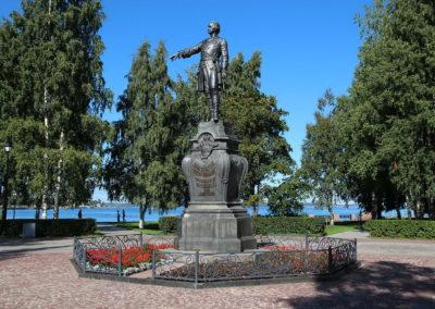 Памятник_императору_Петру_Великому,_основателю_Петрозаводска